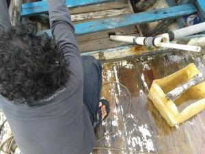 Elwi dan alat penyedot air dari kapal