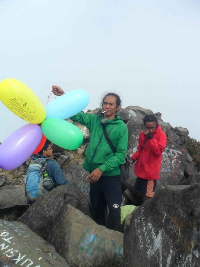 Jualan balon di puncak